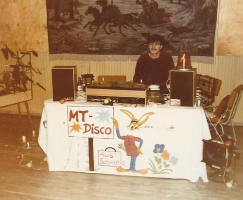 Mit 16 Jahren nahm ich an einen halbjährigen Lehrgang in der DDR als Schallplattenunterhalter teil, lernte dort den Umgang mit dem Publikum, Rhetorik und die Musikdramaturgie.